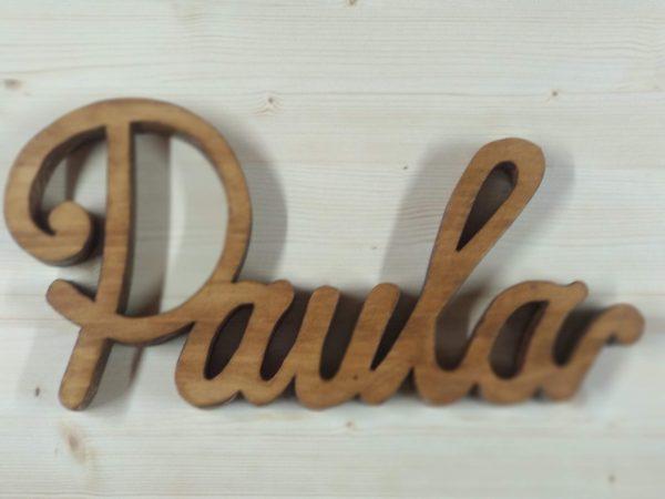 nombre cortado en madera
