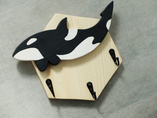 colgador madera ballena
